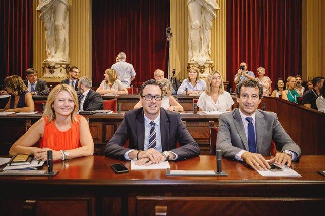 El portavoz del PP en el Parlament, Biel Company, junto con los diputados Antoni Costa y Núria Riera.