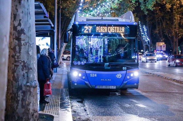 Un autobús de la línea 27 llegando a una parada en Madrid.