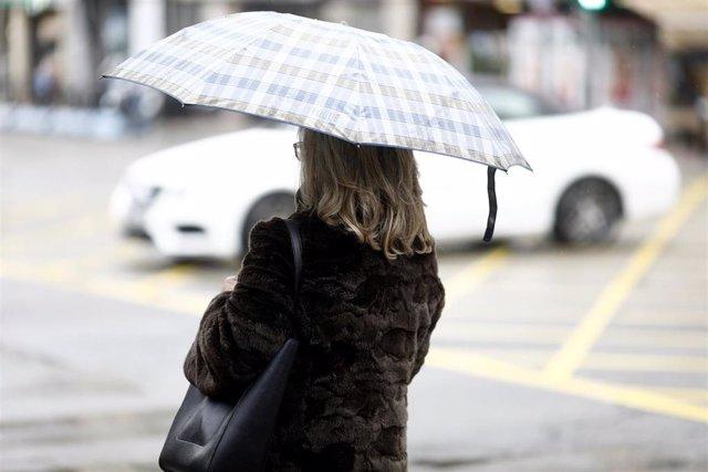 Una mujer con paraguas.