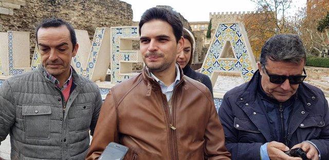 El vicesecretario de Comunicación del PP c-LM, Santiago Serrano, atiende a los medios
