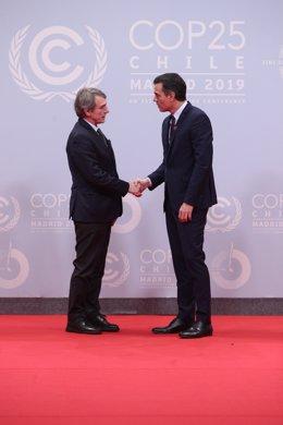El president del Govern central en funcions, Pedro Sánchez, saluda el president del Parlament Europeu, David Sassoli, en la rebuda als caps d'estat i de govern en la Conferència de Nacions Unides sobre el Canvi Climàtic