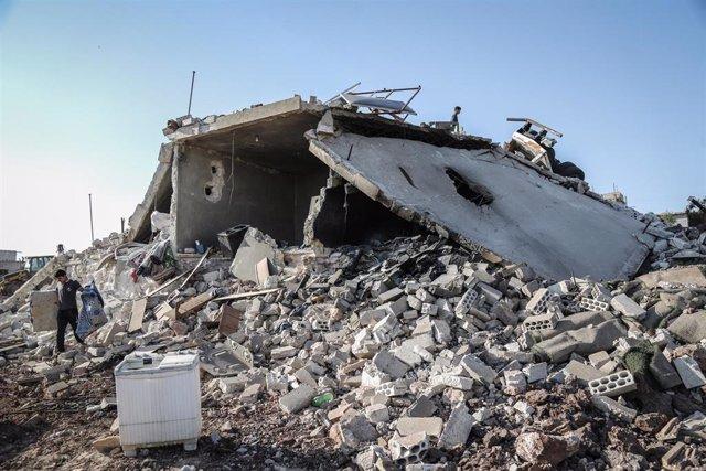 Un hombre inspecciona una vivienda destruida durante un bombardeo en la provincia de Idlib