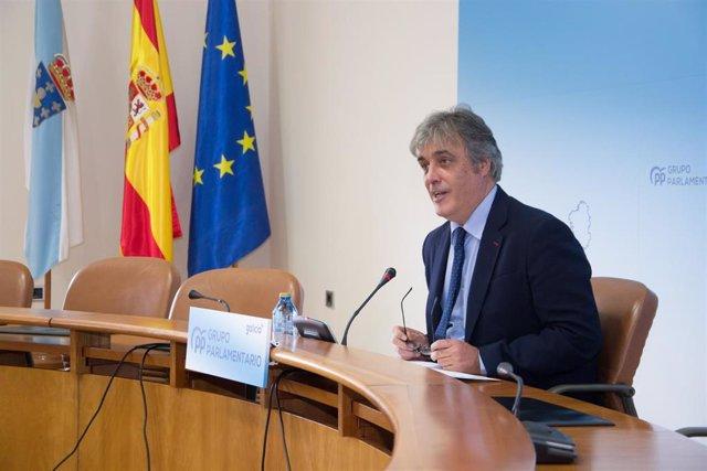 El portavoz parlamentario del PPdeG, Pedro Puy, en rueda de prensa