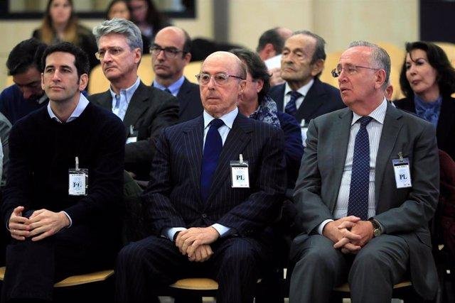 O antigo presidente do grupo Pescanova Manuel Fernández de Sousa (d), xunto aos máximos responsables da empresa entre 2009 e 2013, senta no banco da Audiencia Nacional en San Fernando de Henares (Madrid) onde este luns comeza o