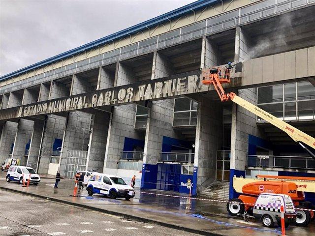 Labores de limpieza de la fachada y cambio del letrero luminoso del estadio de fútbol Carlos Tartiere.