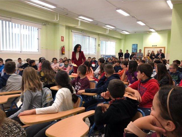La presidenta del Parlamento andaluz, Marta Bosquet, en una charla con escolares de Almería