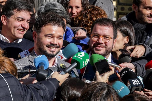 El portaveu d'ERC al Congrés, Gabriel Rufián i el coordinador nacional d'ERC i vicepresident del Govern català, Pere Aragonés ofereixen declaracions als mitjans de comunicació, a Madrid (Espanya), 2 de desembre del 2019.