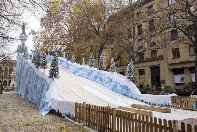 Tobogán de nieve artificial instalado en el paseo de Sarasate de Pamplona