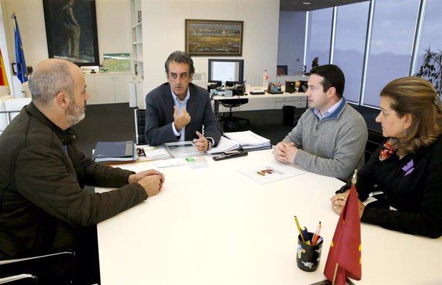 El consejero de Industria con el alcalde de Ramales