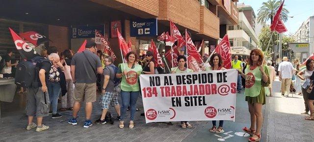 Protesta a las puertas de la sede de Sitel por el ERE del pasado verano