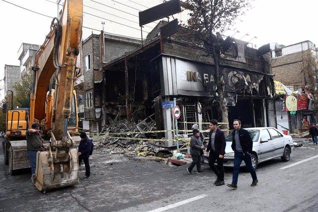 Destrozos en Teherán tras las protesta contra el Gobierno iraní por la subida del precio del combustible