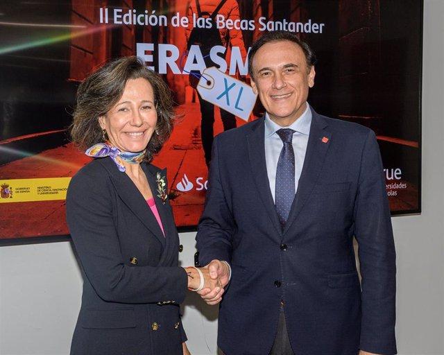 La presidenta de Banco Santander y Universia, Ana Botín, y el presidente de la Conferencia de Rectores de Universidades Españolas (CRUE), José Carlos Gómez Villamandos, en la firma de las Becas Santander Erasmus.