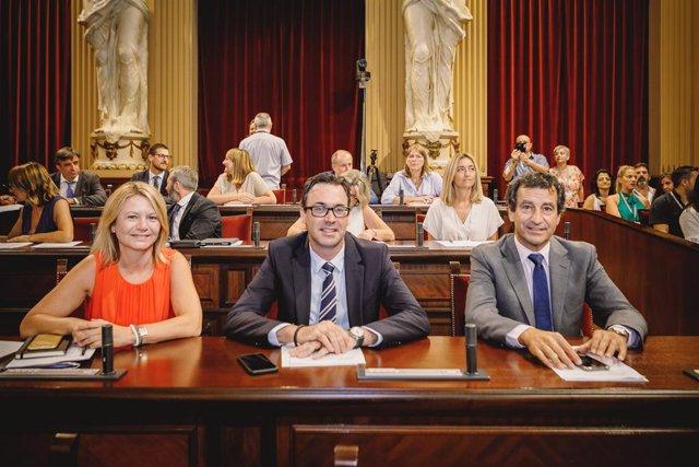 El portaveu del PP en el Parlament, Biel Company, juntament amb els diputats Antoni Costa i Núria Riera.
