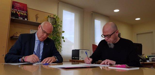 El director general d'Administració de Seguretat, Jordi Jardí, i el gerent de la Sala Razzmatazz, Lluís Torrents, signen el Protocol de seguretat contra les violncies sexuals en entorns d'oci.