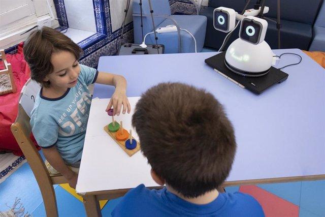 Alumnos del San Francisco Paula se relacionan con un robot en una actividad lúdica.