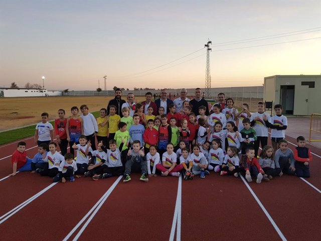 Alumnos de las escuelas deportivas de los clubes Atletismo Palaciego y Club Atletismo Villafranca