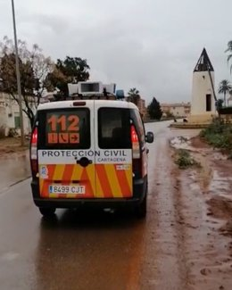 Protección Civil de Cartagena avisa con megáfonos a los vecinos de viviendas en Los Nietos y Los Urrutias con riesgo de inundación