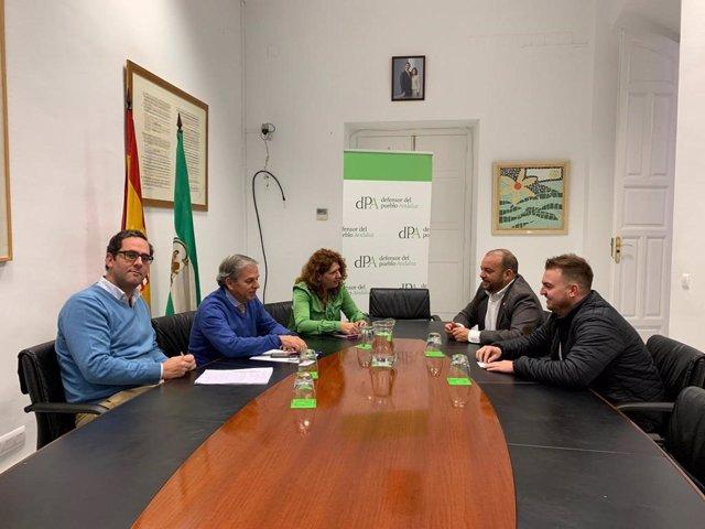 El alcalde, Diego Manuel Agüera; el delegado de Presidencia, David Rodríguez; la responsable del Servicio de Mediación del Defensor, Marina Otero, y un equipo técnico de esta institución