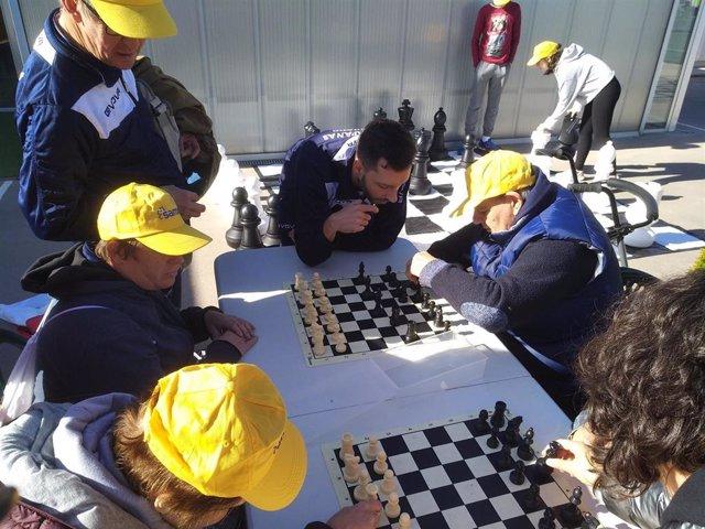 Personas con discapacidad jugando al ajedrez