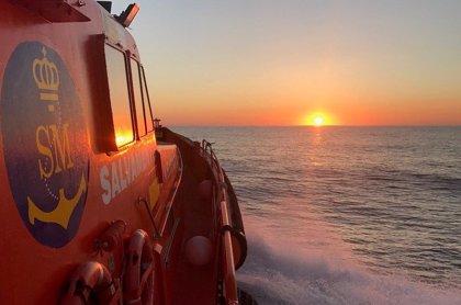 Trasladan a Motril a 82 inmigrantes rescatados de dos pateras en el mar de Alborán