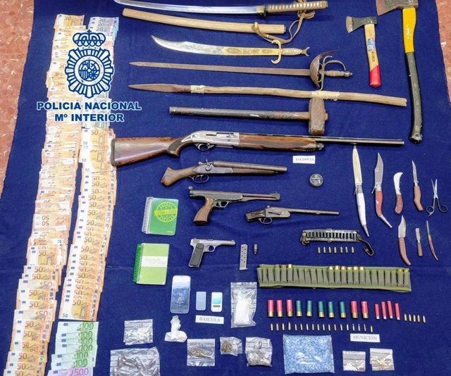 Armas, dinero y drogas incautadas por la Policía Nacional