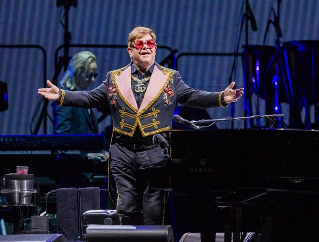 30 November 2019, Australia, Perth: British musician Elton John performs during his Farewell Yellow Brick Road Tour at HBF Park. Photo: Tony Mcdonough/AAP/dpa