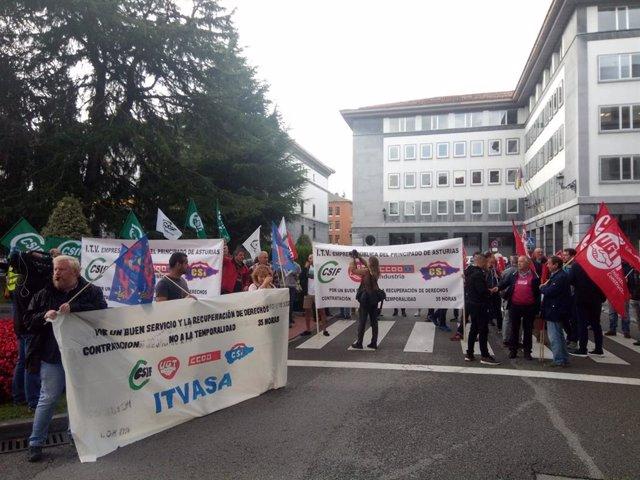 Trabajadores de ITV se movilizan en Oviedo el pasado mes de septiembre.