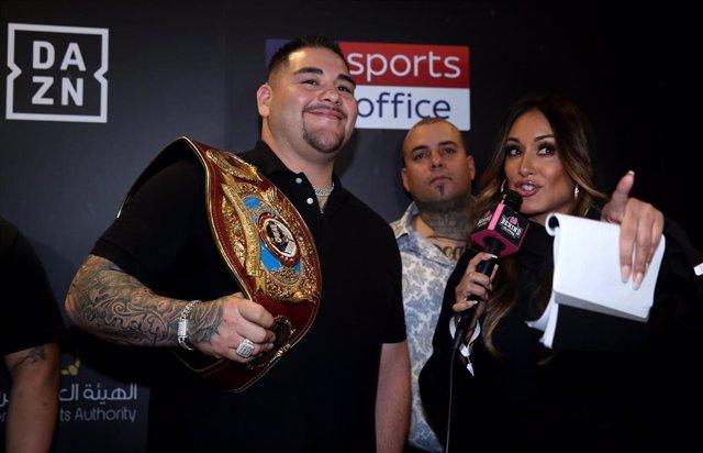 El boxeador Andy Ruiz a su llegada a Riad para pelear con el británico Anthony Joshua en la defensa de su cinturón mundial de los pesos pesados