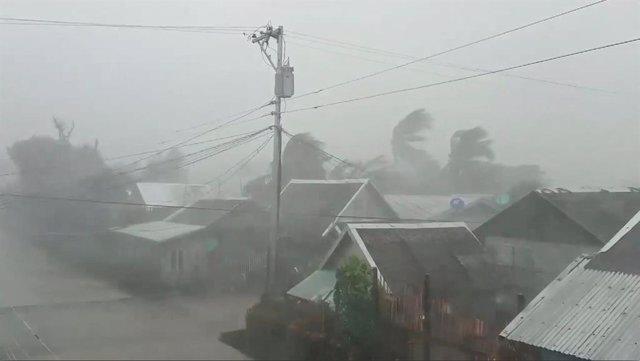 Fuertes vientos provocados por el tifón 'Kammuri' a su llegada al este de Filipinas.