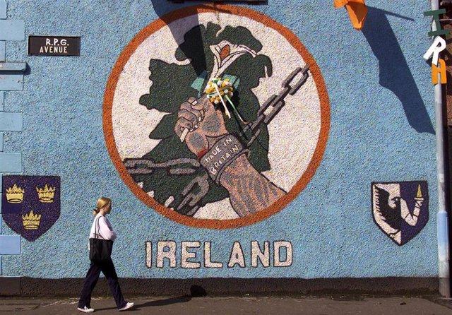 Una joven pasea por las calles de Belfast (Irlanda del Norte).