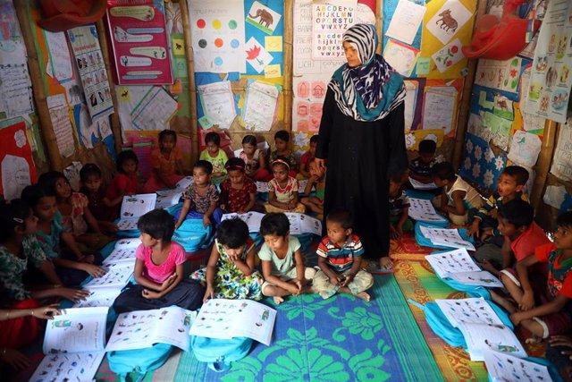 Clase a niños rohingya en  Cox's Bazar