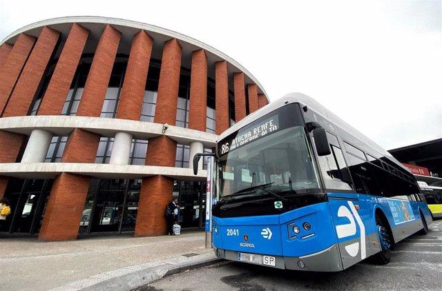 Un autobús de la EMT de la línea 86 sale de Atocha Renfe y se dirige a Villaverde Alto.