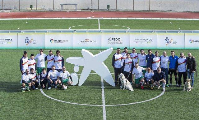 Trabajadores de CaixaBank y la selección española de fútbol-5 para ciegos