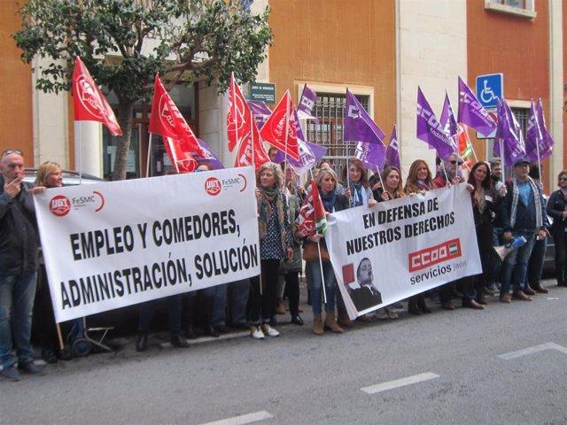 Protesta de UGT y CCOO ante la Delegación de Educación por los comedores escolares
