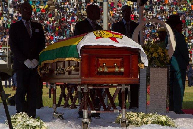 El féretro con los restos mortales de Mugabe en la capilla ardiente en un estadio de Harare