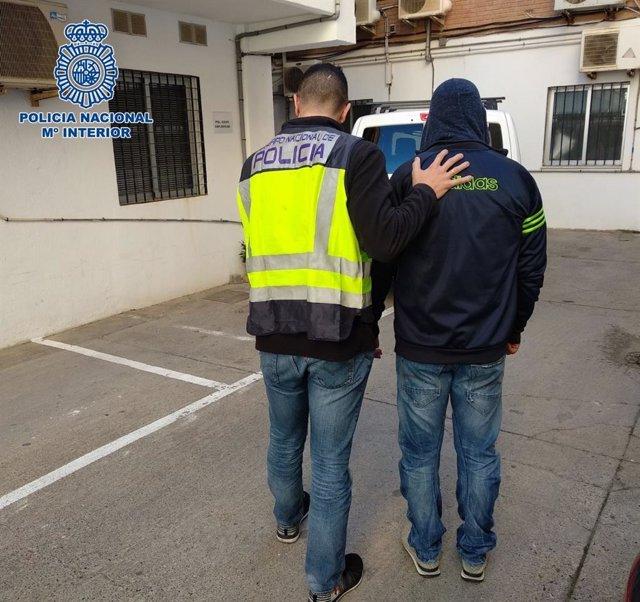Nota De Prensa Y Fotografía: La Policía Nacional Detiene En Níjar A Un Prófugo Que Estaba Siendo Buscado Desde El Año 2015
