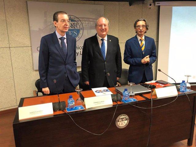 El consejero de Empleo, Germán Barrios, el presidente del CES, Enrique Cabero, y el presidente del Colegio de Economistas de Valladolid, Juan Carlos de Margarida, en la sede del CES