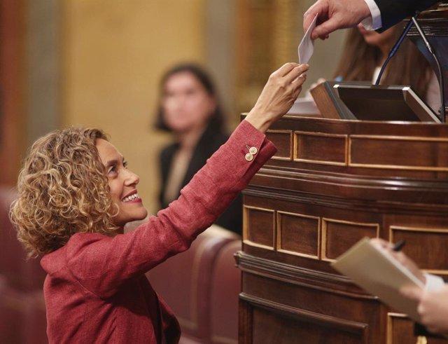 La presidenta del Congrés de la XIII legislkatura, Meritxell Batet, entrega el seu vot en la sessió constitutiva del nou Congrés