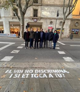 Autoridades de Palma ante un paso de peatones contra el estigma del Sida