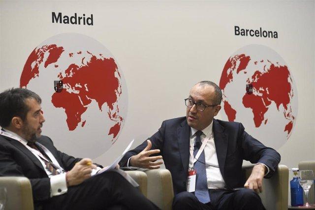 El socio responsable de consultoría financiera de EY España, Arturo Derteano (i) como moderador e interviene el consejero delegado de BBVA, Onur Gen (d) en el encuentro del Sector Bancario del IESE, en Madrid.