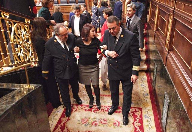 La portavoz del PSOE en el Congreso, Adriana Lastra, es ayudada para salir del hemicliclo tras su caida durante la sesión de constitución de las Cortes para la XIV Legislatura en el Congreso de los Diputados, Madrid (España), a 3 de diciembre de 2019.