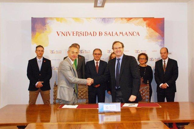 El rector Ricardo Rivero y el presidente de la SEFAC, Jesús Gómez Martínez, rubrican el acuerdo que incluye acciones conjuntas en el ámbito cultural, educativo y científico.