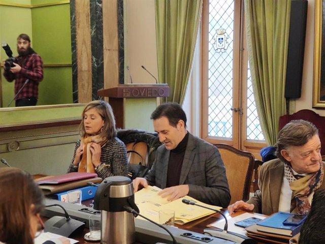 El concejal de Economía del Ayuntamiento de Oviedo, Javier Cuesta, durante el pleno municipal del 2 de diciembre.