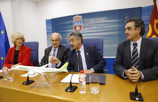El presidente de Cantabria, Miguel Ángel Revilla; los consejeros Marina Lombó y Francisco Martín, y el presidente de Binter, Pedro Agustín del Castillo