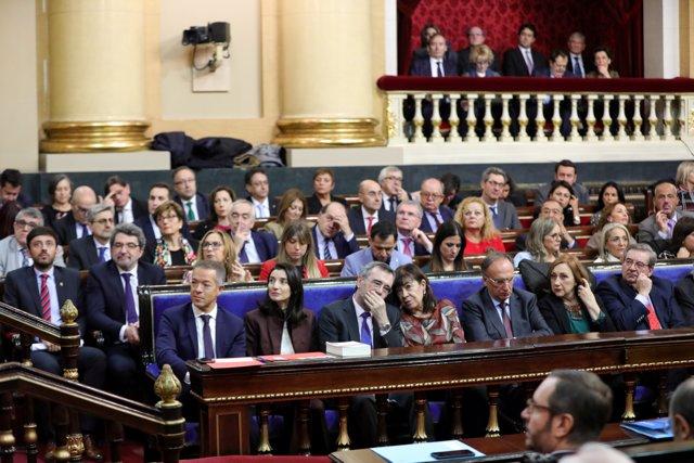La nueva presidenta del Senado, Pilar LLop (2i) junto al presidente saliente del Senado, Manuel Cruz (3i) que habla con la hasta ahora vicepresidenta primera del Senado, Cristina Narbona (4i).