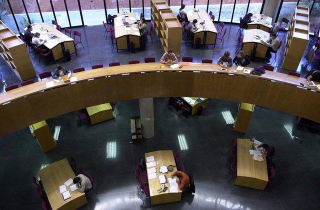 Estudiantes en la Biblioteca de la Universidad de Málaga (UMA)