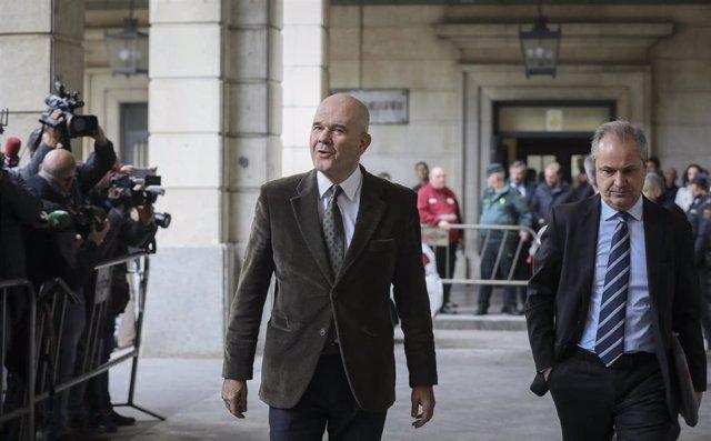 El ex-presidente de la Junta de Andalucía, Manuel Chaves (i), llegando al juicio del caso ERE en la Audiencia Provincial de Sevilla, a 19 de noviembre del 2019.