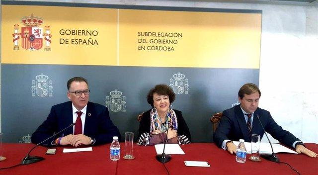 Rafaela Valenzuela (centro), entre Juan Díaz y Antonio Repullo, en la Subdelegación del Gobierno central en Córdoba.