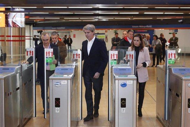 Imagen de recurso del consejero de Transportes de la Comunidad de Madrid, Ángel Garrido, y la consejera delegada de Metro de Madrid, Silvia Roldán.