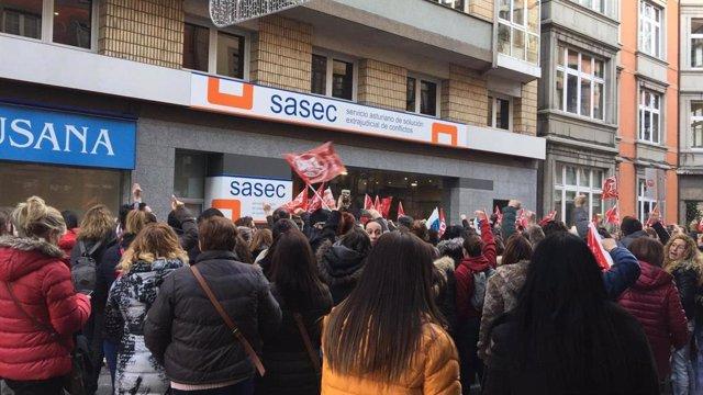 Protesta de los empleados de supermercados antes la sede del Sasec.